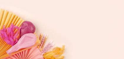 roze achtergrond met ballonnen en decoraties foto
