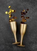 gouden champagnefluiten op grijze achtergrond foto