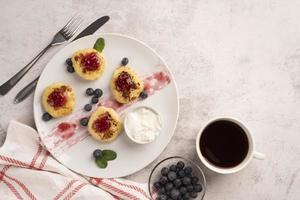ontbijtproducten met bessen op plaat foto