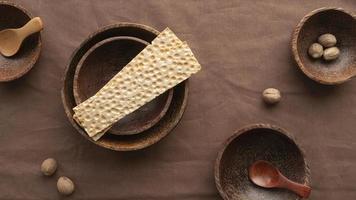 crackers en noten op tafel foto