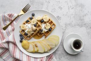 wafels met bosbessen en peren foto