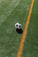 voetbal op veld foto