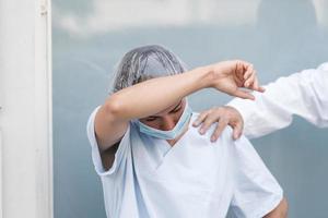 verpleegster die onder stressvolle omstandigheden werkt foto