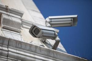twee bewakingscamera's foto