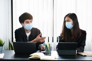twee professionals die met maskers werken foto