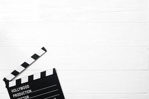 geopende filmklapper witte tafel. mooi fotoconcept van hoge kwaliteit en resolutie foto