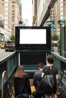 bespotten billboard metro-ingang. mooi fotoconcept van hoge kwaliteit en resolutie foto
