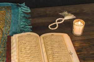 gebedskralen kaars in de buurt van religieus boek. mooi fotoconcept van hoge kwaliteit en resolutie foto