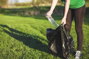 recycle concept met vrouw die afval verzamelt. mooi fotoconcept van hoge kwaliteit en resolutie foto