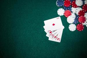 royal flush speelkaart casino chips groene poker achtergrond. mooi fotoconcept van hoge kwaliteit en resolutie foto