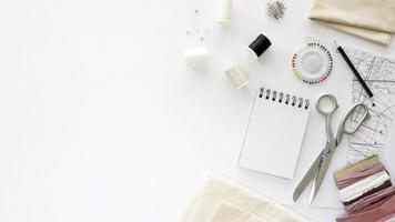 bovenaanzicht naaien essentials met textiel kopie ruimte. mooi fotoconcept van hoge kwaliteit en resolutie foto