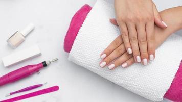 vrouw krijgt haar manicure gedaan in de salon. mooi fotoconcept van hoge kwaliteit en resolutie foto