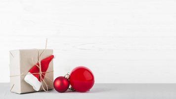 kleine geschenkdoos met kerstballen tafel. mooi fotoconcept van hoge kwaliteit en resolutie foto
