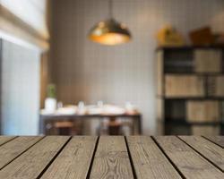 houten tafel met uitzicht op bibliotheek. mooi fotoconcept van hoge kwaliteit en resolutie foto