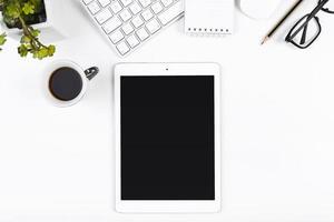 werkplek met tablet en koffiekopje. mooi fotoconcept van hoge kwaliteit en resolutie foto