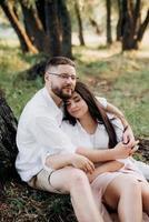 jong stel verliefd op een man met een baard en een meisje met donker haar in lichte kleren foto