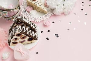heerlijke cake op roze achtergrond foto