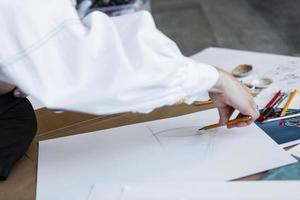 persoon tekenen op papier foto