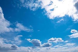 mooie blauwe zonnige hemel met witte wolken en kopieer de ruimte foto