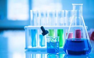 laboratoriumwerkend chemisch testen medisch, gekleurde vloeistoffen foto