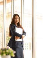 Aziatische zakelijke vrouw met laptop foto