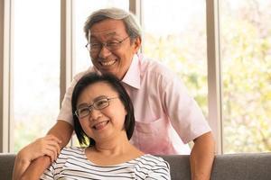 seniorenparen ontspannen op vakantie op de achtergrond van de natuurlijke woonkamer foto
