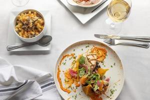 gebakken zalm en mac-n-kaas met wijnfoto's foto