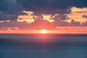 prachtige zonsondergang over zee foto