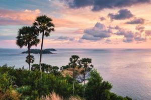gezichtspunt laem promthep cape met kleurrijke lucht en suikerpalm in de zonsondergang in phuket foto