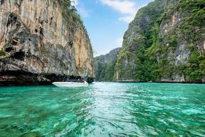 motorboot varen op de stapelh-lagune van het bergkalksteen op het phi phi-eiland foto