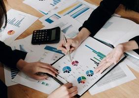 close-up zakenmensen bijeen om de situatie op de markt te bespreken. bedrijfs financieel concept foto