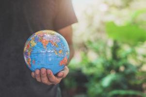 wereld milieu dag. hou van de wereld. hand met een wereldbol foto