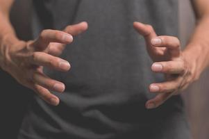 mensen die doen alsof ze hun handen spreiden om dingen vast te houden foto