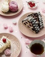 cakes met kersen op roze achtergrond foto