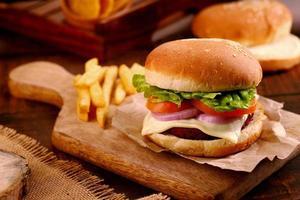close-up van een hamburger op een houten dienblad foto