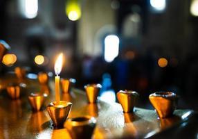 kaarsen in een kerk foto