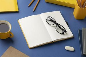 plat lag notebook met takenlijst op bureau foto