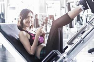 mooie Aziatische vrouw trainen in de sportschool. oefeningsconcept voor een goede gezondheid van de nieuwe generatie. foto