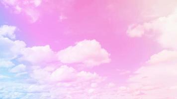 hemel en wolken op mooie roze pastelachtergrond. abstracte zoete dromerige gekleurde hemelachtergrond en romantisch foto