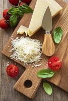 geraspte Parmezaanse kaas met basilicum en tomaten foto