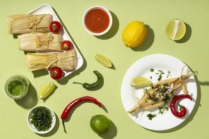 bovenaanzicht arrangement van tamales ingrediënten foto