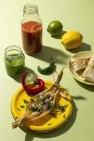 assortiment tamales ingrediënten op een groene tafel foto
