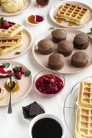 wafels en gebak op wit tafelkleed foto