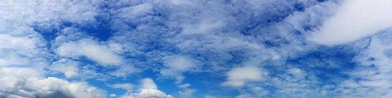 panorama hemel met mooie wolk op een zonnige dag foto