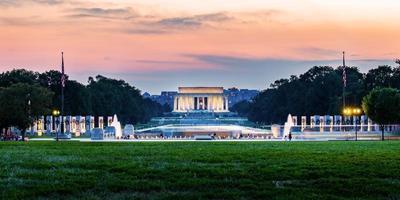Lincoln Memorial weerspiegeld op de reflectiepool bij zonsondergang in Nation Mall, Washington DC, Verenigde Staten. foto