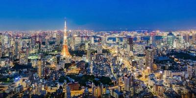 stadsgezicht van de skyline van tokyo, panorama luchtfoto wolkenkrabbers uitzicht op kantoorgebouw en het centrum in tokyo in de avond. foto