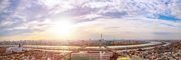 stadsgezicht van de skyline van tokyo, panorama luchtfoto wolkenkrabbers uitzicht op kantoorgebouw en het centrum in tokyo op zonsondergang. foto