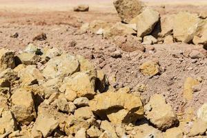 hopen aarde en stenen die in het bouwgebied werden opgevuld. foto