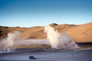 Sunshine Boivian woestijnlandschap met enorme stomende geisers foto