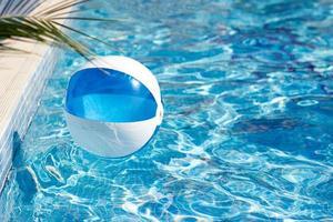 bal in het zwembad foto